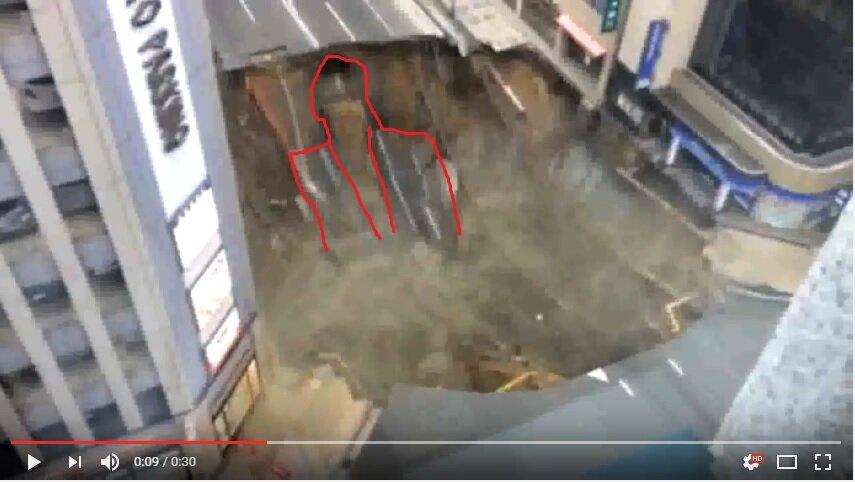 """福岡駅前の道路崩落の瞬間の動画で """"人の顔"""" を発見してしまった 実話、怖い出来事"""